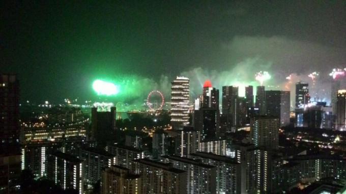 С новыми друзьями из Сингапура мы обменялись контактами и вовсю общаемся в инстаграм, присылаем друг другу фотографии. Вот, например, фото салюта, который был 9 августа в честь 50-летия Сингапура. Ее мне отправил Коко.