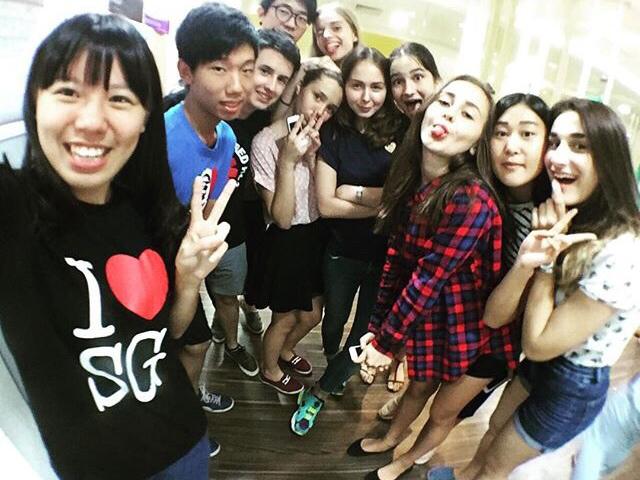 Атмосфера на уроках в Сингапуре очень сильно отличается от той, к которой привыкли мы в русских школах. Доброжелательная, располагает к общению. Во время урока Берил даже можно было перекусить конфетами. Мы всех угощали, поэтому она не ругалась!