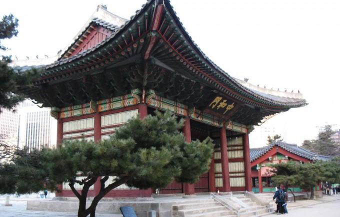 Любителей экскурсий Сеул порадует своими великолепными дворцами, святынями и храмами, а желающих отдохнуть на природе — красивейшими парками.