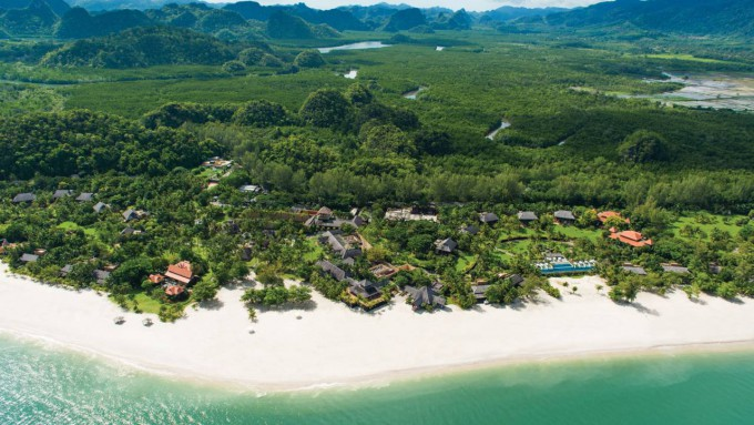 Чистейшие пляжи с белым песком из-за большого количества минералов, в том числе магния, признаны очень полезными для здоровья и лечат от ревматизма, остеохондроза, бронхита.