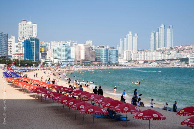 Пляж Хэундэ завоевал любовь и известность благодаря тому, что вдоль него тянутся дорогие отели, бары, магазины. Одно из любимых развлечений туристов – это прогулки на лодках вдоль побережья Пусана с экскурсией к соседним островам.