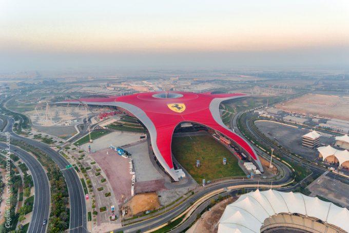 Откройте для себя умопомрачительную скорость самых быстрых в мире американских горок в парке Ferrari World Abu Dhabi – крупнейшем в мире крытом парке развлечений.