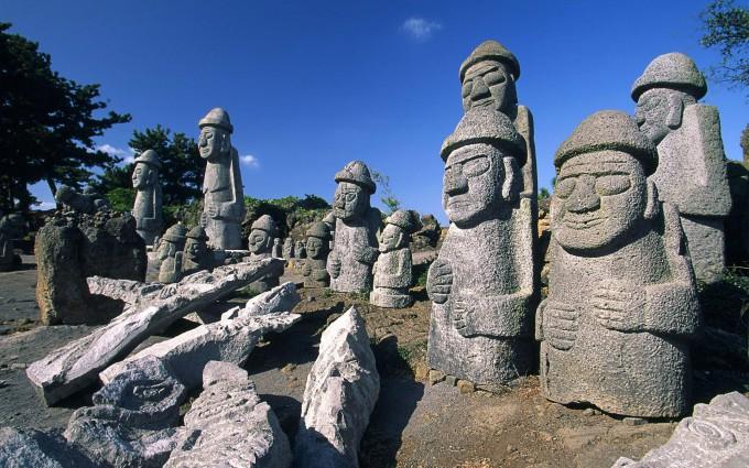 Особенность острова — статуи из застывшей лавы, напоминающие скульптуры острова Пасхи, но меньшего размера