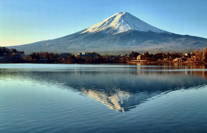 Префектура Яманаси делит пополам с Сидзуокой священную гору японцев Фудзи