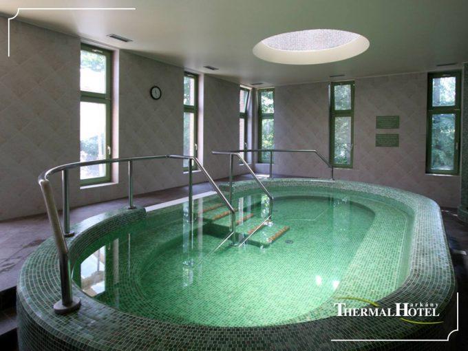 Купальни с термальной водой в отеле Thermal Hotel в Харкане